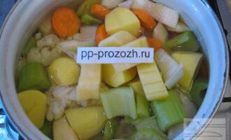 Шаг 4: Все овощи поместите в кастрюлю. Залейте их водой, чтобы она их покрыла. Если любите более жидкую консистенцию супа, можно налить воды побольше.