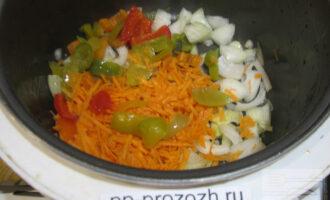 """Шаг 4: Выложите морковь, лук и перец в мультиварку. Готовьте на режиме """"Тушение"""" 15 минут."""