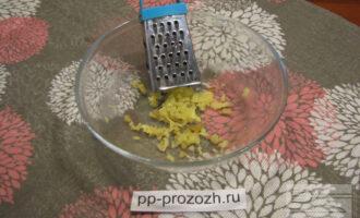 Шаг 3: Пока клюква варится на плите, займитесь другими ингредиентами. Натрите имбирь на терке. У имбиря очень яркий запах, поэтому будьте аккуратны, не берите его много.