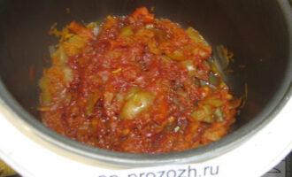 """Шаг 5: Затем добавьте томатную пасту, 1-2 столовые ложки воды и слегка подсолите. Готовьте еще 10 минут, в режиме """"Тушение""""."""