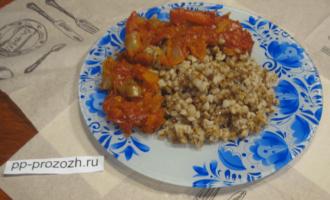 Шаг 6: Блюдо готово. Выложите на тарелку 3 столовые ложки гречки, а сверху добавьте такое же количество овощной подливы.