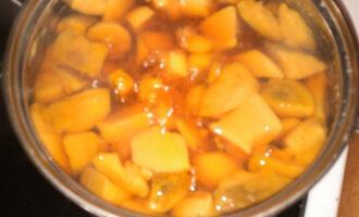 Шаг 4: После закипания грибного бульона добавьте картофель и варите минут 5.