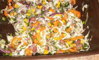 Шаг 11: Вылейте в салат и тщательно перемешайте.