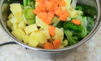 Шаг 6: Добавьте морковь в кастрюлю.