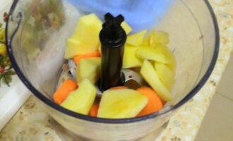Шаг 3: Яблоко почистите, нарежьте кусочками и отправьте к моркови.