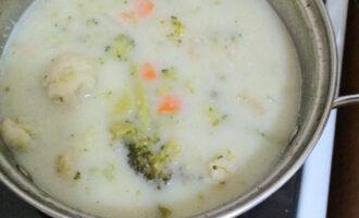 Шаг 12: Тщательно перемешайте и дайте супу немного остыть.