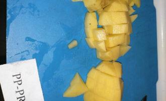 Шаг 3: Нарежьте картофель.