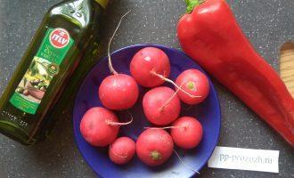 Шаг 1: Для салата подготовьте ингредиенты.