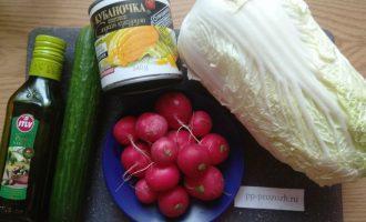 Шаг 1: Подготовьте овощи для салата.