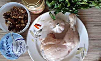 Шаг 1: Подготовьте ингредиенты: вареную курицу (можно филе), грецкие орехи, чеснок, петрушку, йогурт и горчицу.