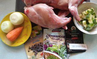 Шаг 1: Подготовьте ингредиенты для приготовления блюда.
