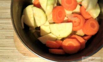 Шаг 3: Дно сковороды или кастрюли, где будет вариться суп, смажьте оливковым маслом, обжарьте лук и чеснок. Добавьте кабачок и морковь, готовьте 7-9 минут (чтобы овощи не пригорели, налейте немного воды).