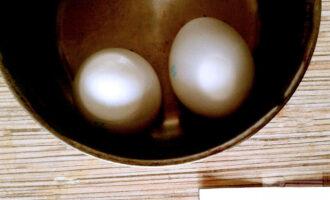 Шаг 2: Яйца отварите, остудите.