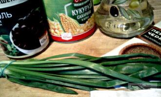 Шаг 1: Подготовьте ингредиенты: фасоль, кукурузу, зеленый лук, перец, оливковое масло для заправки.