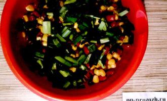 Шаг 4: Зеленый лук мелко нарежьте и добавьте в салат. Поперчите по вкусу.