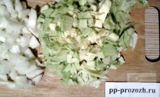 Шаг 4: Лук, капусту и грибы мелко нарежьте.