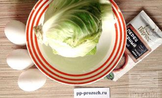 Шаг 1: Подготовьте ингредиенты: капусту, яйцо, соль, перец.