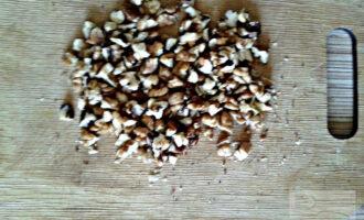 Шаг 3: Грецкие орехи порубите.