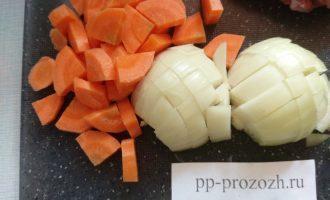 Шаг 2: Лук и морковь очистите и нарежьте кусочками среднего размера.