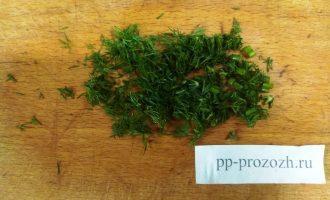 Шаг 4: Нарежьте укроп или любую зелень.