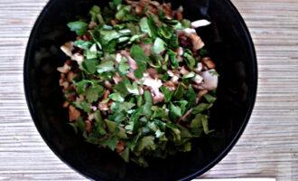 Шаг 4: Добавьте к курице грецкие орехи и мелко порезанную петрушку.