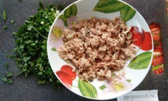 Шаг 4: Разомните вилкой рыбу и добавьте зеленый лук.