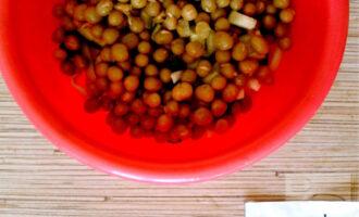 Шаг 4: Добавьте зеленый горошек.