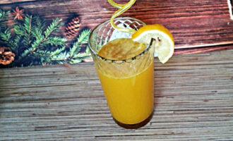 Шаг 5: Перелейте напиток в стакан, добавьте мед и лимонный сок, хорошенько перемешайте. Украсьте долькой лимона. Тоник готов!