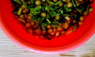 Шаг 5: Теперь добавьте мелко порезанный зеленый лук.