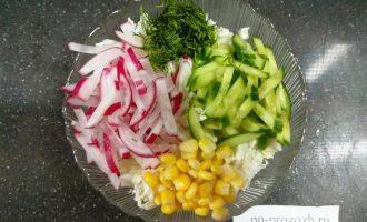 Шаг 6: Смешайте овощи и зелень, полейте маслом.