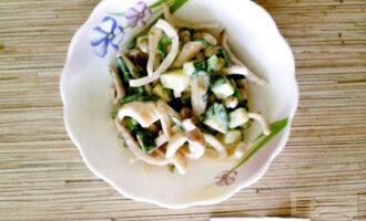Шаг 7: Салат готов! Переложите его в порционную тарелочку и подавайте на стол.