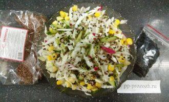 Шаг 7: Добавьте семена льна и кунжута.