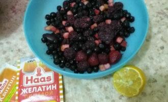 Шаг 1: Подготовьте необходимые ингредиенты. Ягоды лучше заранее разморозить или берите свежие.
