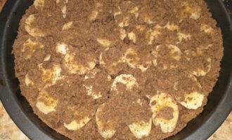 Шаг 11: Достаньте оставшееся тесто из холодильника и натрите его на терке поверх бананов. Разогрейте духовку до 170 градусов и отправьте выпекаться на 50 минут.