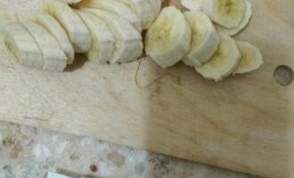Шаг 9: Нарежьте бананы.