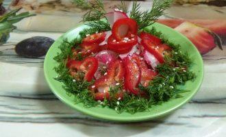 Шаг 6: Добавьте зелень, кунжут и наслаждайтесь салатом.