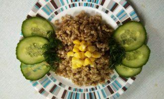 Шаг 5: Подавайте крупу поливая маслом или соусом, добавьте любые овощи.