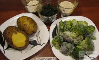 Шаг 1: Подготовьте ингредиенты. Помойте картофель, нарежьте укроп.