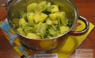 Шаг 4: Слейте всю воду из кастрюли. Дайте овощам остыть минут 10. Затем превратите овощи в пюре специальной толкушкой или блендером.