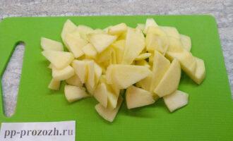 Шаг 3: Помойте яблоко, очистите его от кожуры и сердцевинки. Нарежьте ломтиками примерно такими же как и сельдерей.