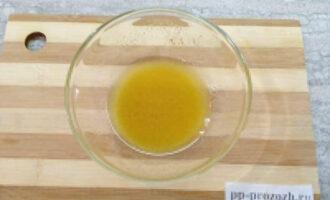 Шаг 4: Приготовьте заправку. В миску налейте 3 столовых ложки растительного масла, добавьте горчицу и тщательно перемешайте.