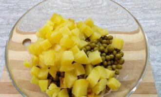 Шаг 5: Картофель заверните в фольгу и запеките в духовке. Остудите. Нарежьте картофель крупным кубиком и добавьте в салатник.