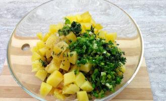 Шаг 6: Мелко нарежьте укроп и зеленый лук, выложите в салатник. Поперчите.