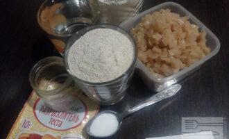 Шаг 1: Подготовьте ингредиенты: муку цельнозерновую и пшеничную, растительное масло, воду, соль, разрыхлитель, капусту.