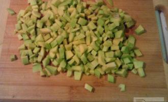 Шаг 2: Авокадо почистите и нарежьте небольшими кубиками.