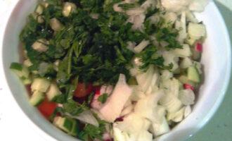 Шаг 5: Смешайте все измельченные овощи в салатнице. Добавьте лимонный сок.