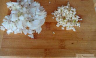 Шаг 3: Луковицу и зубчики чеснока очистите и мелко нарежьте.