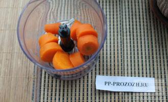 Шаг 4: Морковь нарежьте крупно.