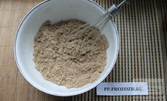 Шаг 3: Добавьте соду и соль и тщательно перемешайте венчиком.