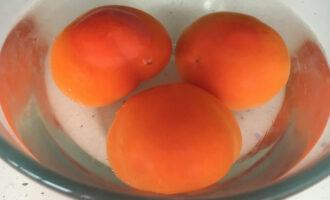 Шаг 3: Помидоры залейте кипятком, чтобы легко снять кожицу. Также их можно заменить томатным соусом или пастой.